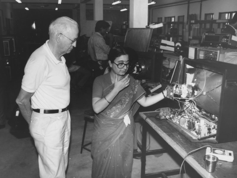 H.E. Stettbacher als Experte im Einsatz im NEC, NTTF Electronics Center in Bangalore, Indien.